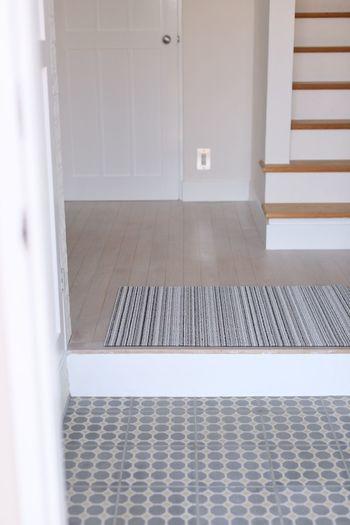 外から帰ってきて靴を脱いで玄関マットへ・・と考えると、玄関マットはかなり汚れていますよね。毎日通る場所でもあるので、玄関マットはこまめに洗濯をして清潔を保つように心がけましょう。