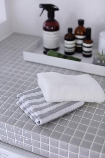 たっぷりの泡で、足の皮脂や菌、匂いの元をしっかりと取るのはもちろんですが、大切なのはその後のケア。  指の間に水分が残っているとそこから雑菌が増えてしまい、せっかくきれいに洗ってもまた匂いの元ができてしまうので、タオルでしっかりと水分も取り除きます。足が完全に乾くまで、ボディクリームは控えたり、ルームシューズを履かないように気をつけましょう。