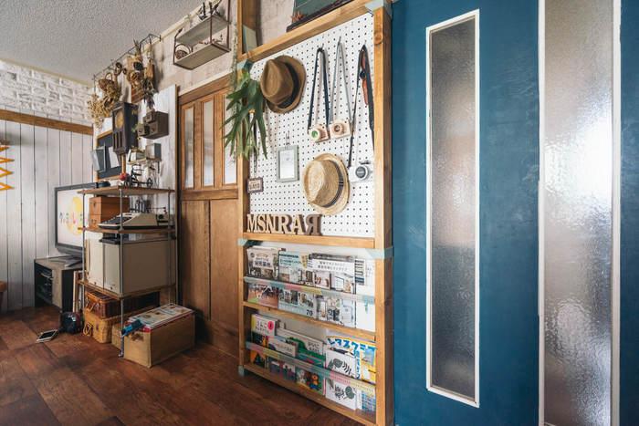 収納場所はクローゼットや家具だじゃありません。壁もぜひ有効活用してみましょう!お気に入りのもの・出番が多いものを壁に掛けておくと、ディスプレイと収納を兼ね備えた存在に。壁に掛ける時も並べ方に気を配るとスッキリ見えます。