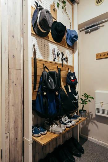 毎日使う帽子やカバンを玄関に掛けて収納すると、お部屋が散らかりにくくなります。玄関の壁に掛ける収納をつくり、鍵や靴ベラなどの小物まで掛けるようにするとディスプレイのようにスッキリする上、外出の準備も楽になります。