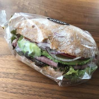 話題のベトナム風サンドイッチ「バインミー」も人気。皮がパリパリのハードパンに具材がぎっしり挟まれています。しっかりした小麦の風味と具材の味が絶妙なバランスです。
