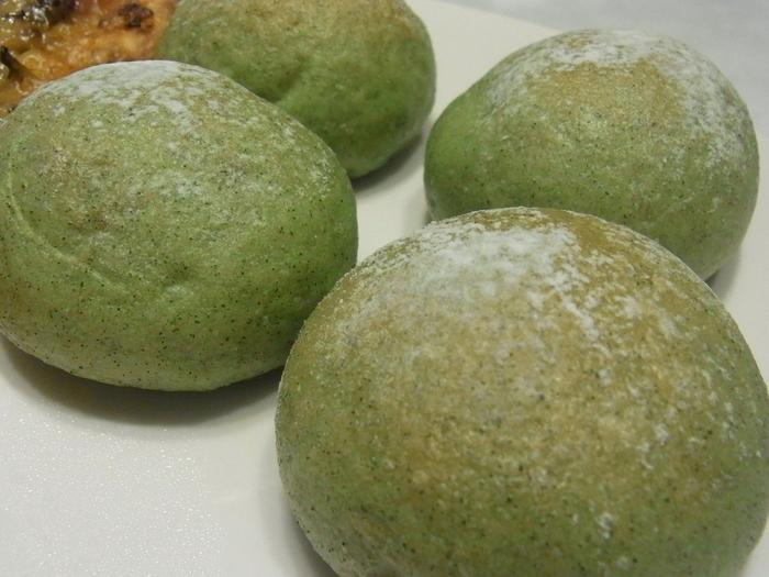 船橋でとれた小松菜を使用した「コマツナロール」は、一口食べると小松菜の香りが鼻に抜ける変わり種。千葉県ならではのパンをぜひ味わってみてください。