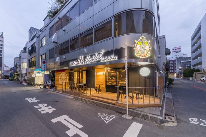 浅草橋駅より、歩いて約3分のところにある「EAST57 Beer Bar&Cafe」。「East57」というホステルに併設した、スタイリッシュなカフェ&バーです。1人でも気軽に立ち寄りやすいのも魅力♪