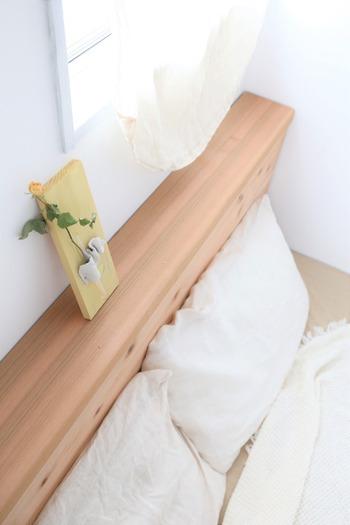 間取り的に窓辺にしかベッドが置けないという寝室では、ベッドヘッドボードに厚みがあり、隙間がないタイプが◎ 後付タイプのヘッドボードを取り付けたり、ブランケットやファブリックを掛けて隙間を防ぐだけでも暖かくなりますよ。