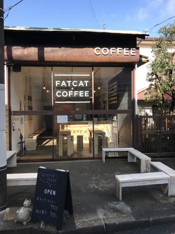 東逗子駅からすぐのところにある「FATCAT COFFEE(ファットキャット コーヒー)」。看板の隣りにおなかの出たネコがちょこんとお出迎えしています。