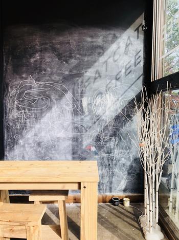 太陽の光が差し込む店内は、明るく居心地のよさ満点。壁が黒板になっていて、小さなお子さんの落書きが残っているのもほほえましいですね。
