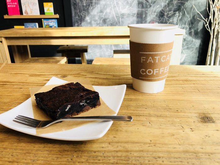 木製のテーブルと椅子、ベンチ…ナチュラルな空間でいただくブラウニーは、濃厚な甘さが堪りません。濃いめのコーヒーがよくマッチします。