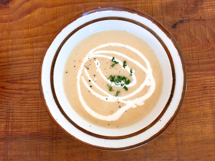 ワンプレートランチのセットになっているスープ。ある日のスープは、まろやかな舌触りが絶品のジャガイモとキャベツのポタージュ。季節によって内容が変わるので、何度訪れても楽しめます。