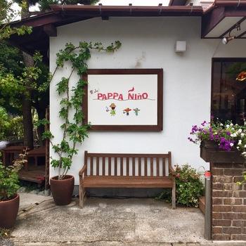 """葉山御用邸の近くの住宅街にある「葉山珈琲パッパニーニョ」は、草花に囲まれた一軒家カフェ。店名はイタリア語で""""お父さんと少年""""という意味で、キュートなイラストにほっこりとしますね。"""