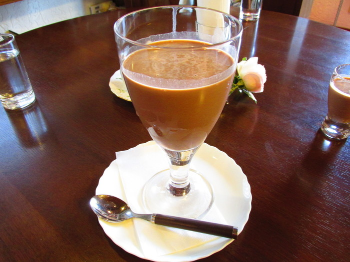 こちらは、アイスココアに水出しコーヒーを合わせた「アイスココチーノ」。ココアは甘すぎて得意ではない、という方もアイスココチーノのほろ苦さに思わずうっとり。
