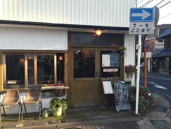 森戸海岸まで歩いて2分ほどのところにあるカフェ「Days386(デイズサンハチロク)」。通りの角にあるアメリカンダイナーです。