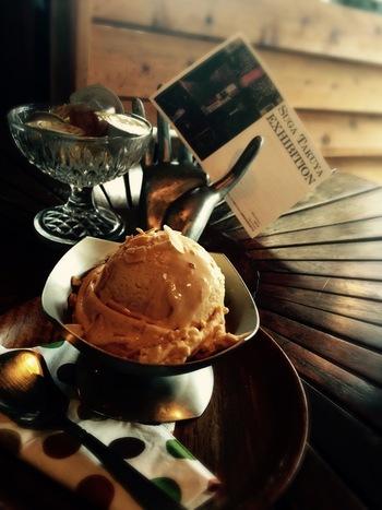 食後は自家製のジェラートはいかがですか?香ばしいキャラメルが大人の味わい。お食事を楽しみたい時も、ひとり時間を過ごしたい時にもおすすめのカフェです。