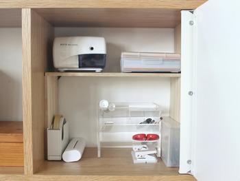 お部屋がせまくて作業デスクが置けない…という場合の文房具の整理におすすめ。こちらは収納棚を文房具コーナーとして使っています。ペンやハサミなど、長いものを上手に収納できますよ。