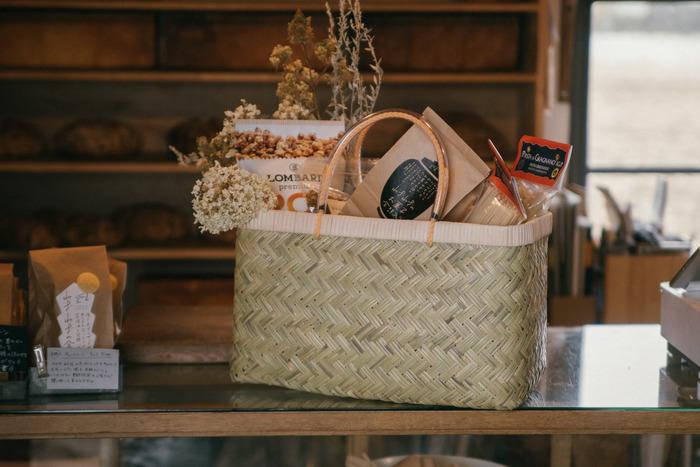 最近、スーパーの買い物袋が有料化になり、マイバッグを持ってお買い物に出かける人も多いのではないでしょうか。コンパクトに折りたためるタイプのバッグも便利ですが、一週間分の食材をまとめて買いたい時などには、大きなカゴやバスケットがおすすめ!マルシェや道の駅、八百屋さん…。お買い物やピクニックのお供に…。一味違うバッグで出かけてみませんか♪