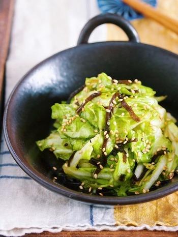 あえるだけで野菜の旨みを引き立ててくれる塩昆布。手でちぎったキャベツと塩昆布や調味料を一緒にビニール袋に入れて混ぜるだけの簡単レシピです。
