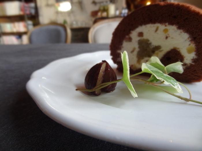 できるだけ地元のオーガニック食材を使っているそうで、季節感が楽しめるのも魅力。スイーツはケータリングチーム「AMIGO KITCHEN」のスイーツ作家さんが手掛けていて、こちらは、ホクホクした栗の食感となめらかなクリームのバランスが絶妙なロールケーキです。