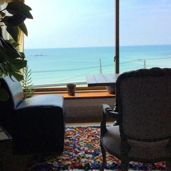 窓際のソファ席からは相模湾が一望できます。座る場所によって見える景色や感じ方もそれぞれ。気分に合わせて思い思いの時間を過ごせます。