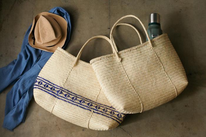 こちらは南国メキシコのマーケットバッグ「パームトート」。先住民族の文化が残るメキシコ南部のオアハカという地域に伝わる、伝統的な編み方によって作られています。乾燥したヤシのコのパ葉の繊維で作られているトートは、現地の女性達の手により、ひとつひとつ丁寧に編み上げているので、それぞれにサイズや編み加減がわずかに異なり、味わいのある表情を見せてくれます。