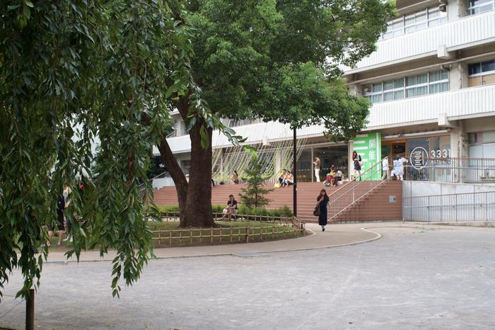「3331 Arts Chiyoda」は、2005年に閉校した旧練成中学校をリノベーションしたアートセンター。JR秋葉原駅の電気街口から歩いて7~8分のところにあります。広い校庭と大きな樹木、都心にいることを忘れるような開放的な場所です。施設内には、アートギャラリーやワークショップなども開催されているので、ランチのあとはアートに触れながら過ごしてみませんか?