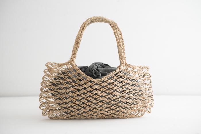 """こんな風に、爽やかな編み目のかごバッグなどと合わせてもとっても素敵です。 網目の大きいかごバッグは、編み目から中の荷物が見えてしまったり、中から荷物が飛び出してしまったりと、気になりますが、この""""ふろしきバッグ""""があれば、大切な荷物をしっかりと包んでくれるので安心ですね!お洋服に合わせたり、その日の気分で、色違いで揃えてみてはいかがでしょう。"""