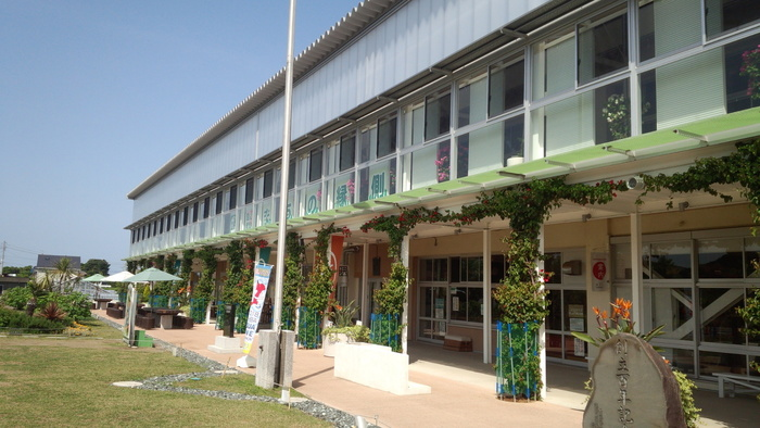 「道の駅保田(ほた)小学校」は、千葉県の鋸南(きょなん)町にある施設。車なら鋸南保田ICを出てすぐのところ、電車だと保田駅から徒歩で約16分ほどのところにあります。保田小学校は、明治21年に創立の歴史ある学校でしたが、2014年に児童減少によって閉校し、その後「道の駅保田小学校」に生まれ変わりました。広い敷地や建物には、レストランやカフェの他、宿泊施設や温浴施設、産直などがあって1日楽しめます。