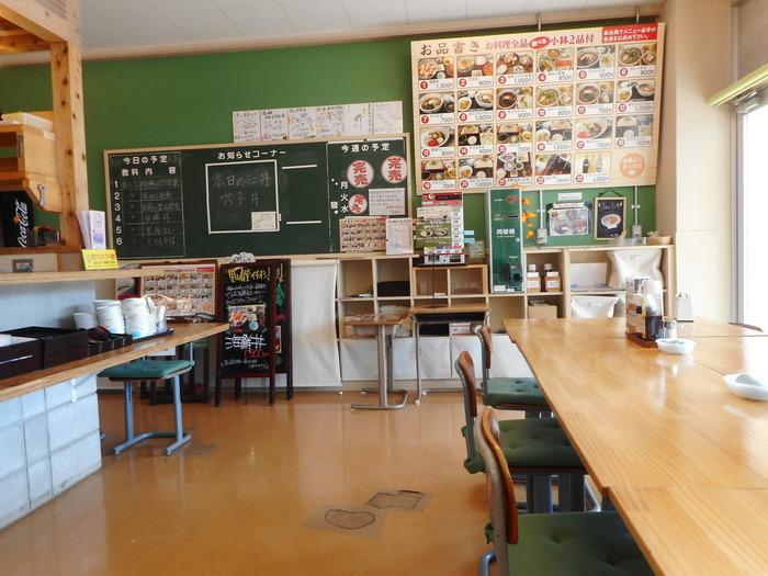 旧校舎棟の1Fにある「里山食堂」は、地元の素材をふんだんに使った素朴で味わい深いお料理がいただけるレストラン。掲示板や黒板、ロッカーなど教室の面影が残る落ち着いた店内は、お子さん連れのご家族や年配のご夫婦などさまざまな年代の方が訪れています。