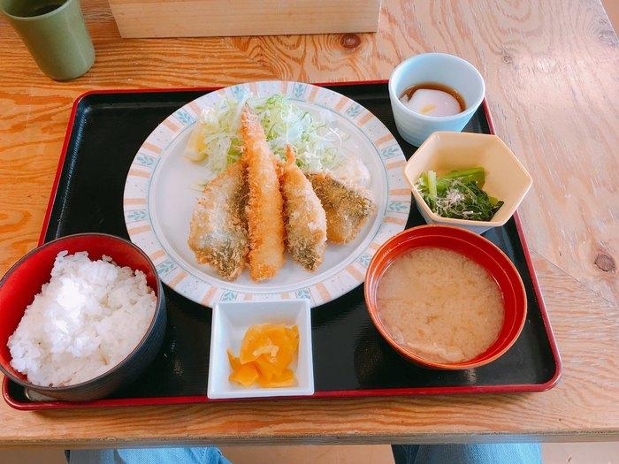 地元で獲れた鮮度抜群のアジを使った「房州アジフライ定食」は、揚げたてサクサクがおいしいと評判。ごはんや小鉢、お味噌汁もセットになっています。