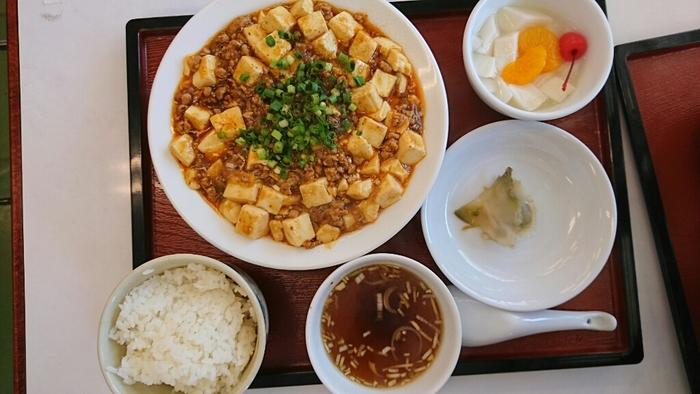 店名に思わずくすりとしてしまう、地元の中国料理の銘店の支店「3年B組」。カジュアルな雰囲気の店内ですが、味は本格的。こちらの「麻婆豆腐定食」は、山椒の効いた麻婆豆腐がたっぷりでボリューム満点です。