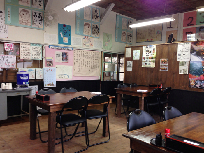 昔ながらの教室でお蕎麦を待ちます。壁に貼られた習字や歌詞カードにほっこり、ガラガラと開けるドアも懐かしいですね。
