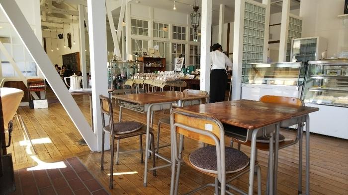 天井が高く開放的な店内は、築140年を超える建物とは思えないほど洗練されています。でも、よく見ると机と椅子は学校のもの!新旧が入り交じったノスタルジックな空間です。