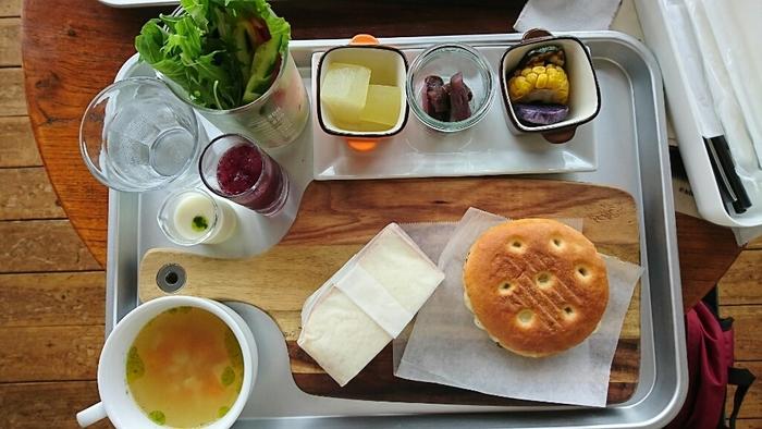 ランチのおすすめ「ダブルサンドイッチプレート」は、自家製の3種類のパンから2種類セレクトできます。こちらは、フルーツサンドとチーズ・トマト・ハムの黒胡椒サンドイッチのセット。懐かしいアルミのトレイのほか、サラダやドレッシングがビーカーに入っているのも学校らしい演出ですね。