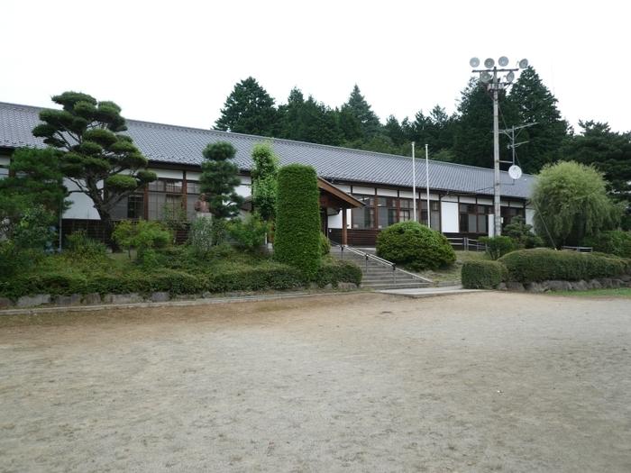 中央自動車道の須玉IC・長坂ICから15分ほどのところにある「三代校舎ふれあいの里」。もともと、この場所には1875年(明治8年)に創立された「津金学校」があり、その後1997年(平成9年)まで同じ敷地内に明治・大正・昭和の三世代、3つの校舎が建てられていました。現在は、カフェやレストラン、体験や温浴施設として、それぞれ新しく活用されています。