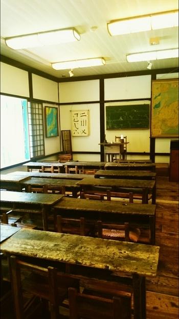 横長の机は、明治から昭和初期に使われていたもの。建物の一部は歴史資料館になっていて、明治から昭和の学校で使われていた足踏みオルガンなどの教材や郷土資料が展示されていますよ。