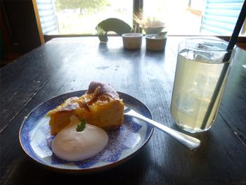 食後にスイーツはいかがでしょうか?こちらは、しっとり甘酸っぱい「黄金柑のベイクドチーズケーキ」。りんごの産地でもある、地元・津金のりんごジュースもご一緒にどうぞ。