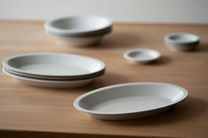 """スウェーデンを拠点に活動するアーティスト集団""""Urban Forest(アーバンフォレスト)""""所属のガラス作家、山野アンダーソン陽子さんがデザインした「リム オーバル」。 一見すると、なんてことのない形にも見える器ですが、使ってみて初めてその計算されつくしたデザインに気付かされます。 細すぎず、太すぎず、絶妙なフォルムの楕円形は、食卓のどの位置に置いても、ちょうど良く馴染み、カレーや煮物、パスタなどは勿論、汁気のある食べ物を食べた際、食べ終わる直前に器に少しだけ残った食べ物がすくいやすいというのも、この器の嬉しい特徴のひとつ。 例えば、パンやサラダ、切っただけの果物、出来合いのものをただ乗せた時にでも、お洒落で華やいだ食卓に見えるのが、この「リムオーバル」の魅力でもあります。"""