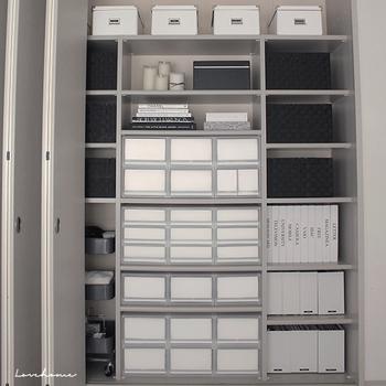 """色数が多いと、その分モノが多く感じられます。なるべく色を揃えることがスッキリ見せるコツ。ボックスやカゴなどの収納用品はぜひ色を揃えましょう。特に明るい""""白色""""は空間が広く感じられる上に清潔感もあって、収納用品に向いています。"""