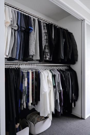 モノの大きさや形を揃えてキレイに並べるのも、スッキリ見せるための重要なポイント。洋服類は丈の長さを揃えて収納すると短い丈の下に空間が生まれよりスッキリした印象に。空いた部分には、カゴヤボックスを置いて収納量をアップさせることも可能です。