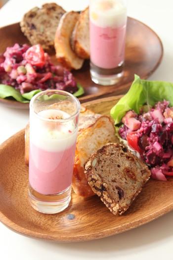 ピンク色に思わずテンションがあがるビーツを使ったエッグスラット。ちょっと贅沢にパルミジャーノチーズをかけて、素敵なグラスに盛り付けたら、大人な朝食のできあがり。もちろん普通の粉チーズでも代用できますよ。