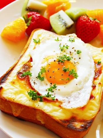 クロックムッシュに目玉焼きをのせたものを、クロックマダムというそう。 ベシャメルソースと卵が絡んで、間違いのない美味しさ。