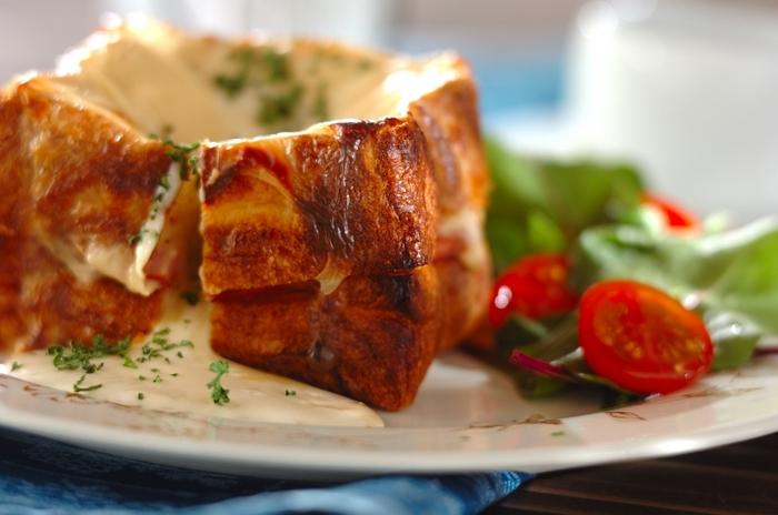 パリの朝食としてお馴染みのクロックムッシュ。ハムやチーズをパンに挟み、ベシャメルソースをかけてカリっと焼き上げます。 たっぷりのソースがトロトロで朝から元気がでるメニュー。市販のホワイトソースを使えば時短でできますよ。
