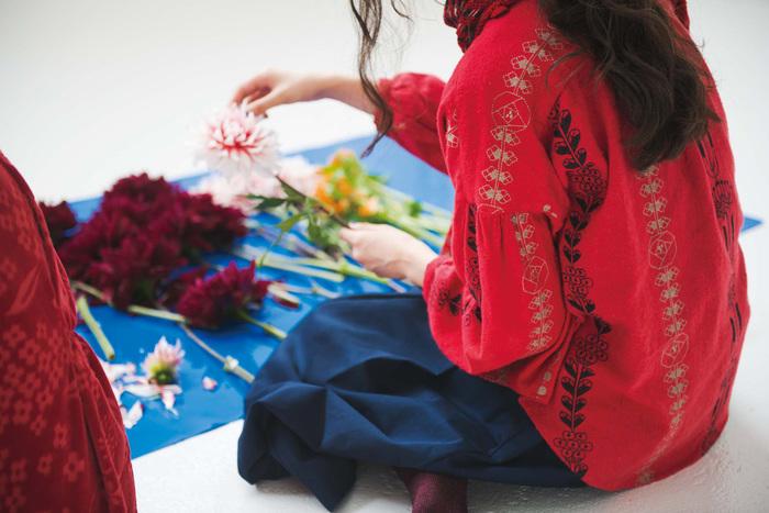 ファッションを'こうあるべき'で考えてしまうと、途端につまらなくなります。TPOを考えるのももちろん大切だけど、時には自分の好きなもの、心惹かれるものを身に纏ってみましょう。お花を選ぶように、感性に従って。