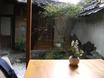 大きな京町屋だと「坪庭」が設けられることも。今ではそれがとても京都らしい風情漂う空間となり、見ているだけでほっと落ち着く癒しの場になっています。