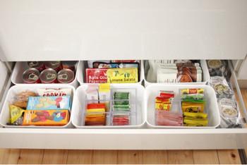 乾麺やレトルト食品などの保存食品は、どうしても色がバラついて雑多に見えてしまいがち。そんな時は、引き出しの中に収納ボックスを利用して種類ごとに収納しましょう。使いたい時に引き出せばどこになにがあるか一目瞭然ですし、引き出しをパタンと閉めればスッキリとした空間が広がります。