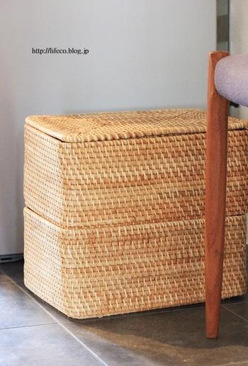 また、保管場所がない場合はバスケットを使った床置き収納もひとつの手。ふたをしたり布をかぶせたりして見えないようにしておけば、中にポンポンと放り込むことができて便利ですよ。