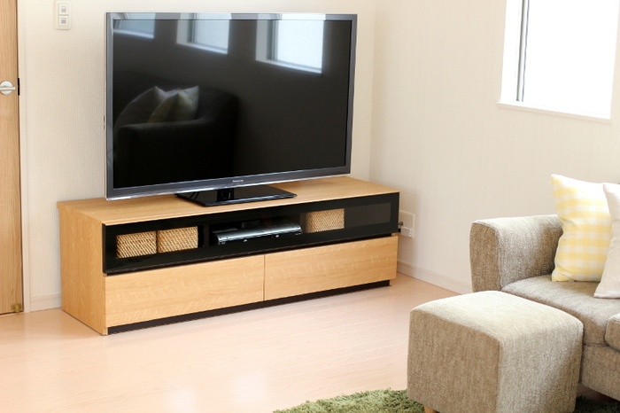テレビボードがガラス扉なら、中のDVDやリモコンが見えて雑多な印象に。そんな時は、カゴを使って収納しましょう。テレビボードと同じ色で揃えると、よく馴染んでスッキリみえますよ。