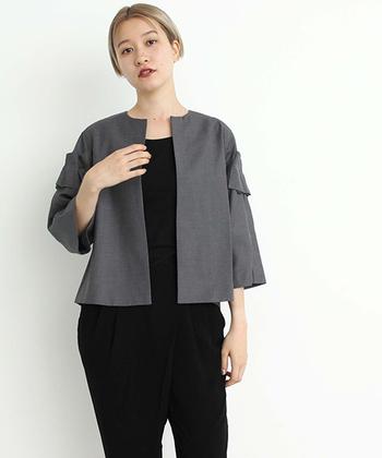 なかなか調子が出ない日には、シンプルなシャツやカットソーに、さらりとジャケットを羽織ってみるのもオススメ。キリリと気持ちが引き締まってきます!