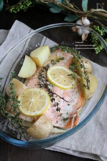 レモンやオリーブオイル、ハーブでマリネした秋鮭に、下ごしらえしたじゃがいもを加え、オーブン焼きに。シンプルだからこそ、秋鮭の本来のおいしさが楽しめる料理です。作業時間はほんの少しで、あとはオーブンまかせですから、その間にほかの料理がいろいろ作れます。
