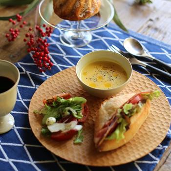 和・洋どんな食卓にも上品に馴染むボウルは、日常使いに最適な小ぶりのサイズ感も魅力です。こちらの写真のように木製のプレートやカッティングボードと合わせれば、まるでカフェのようなおしゃれなワンプレートに。ぜひテーブルクロスやプレースマットにもこだわって、朝の食卓を素敵に演出してみませんか?