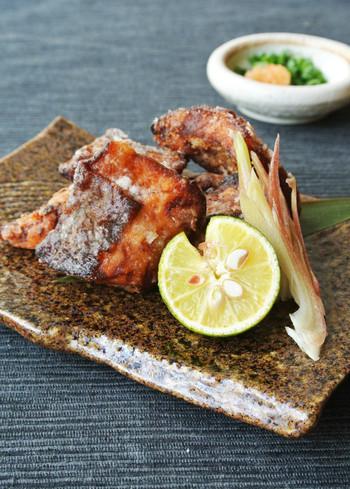 秋らしい風情が感じられる秋鮭の竜田揚げ。秋鮭は、塩をして余分な水分を抜いてから調理することで、おいしく仕上げることができます。上品な和食膳になりそうですね。