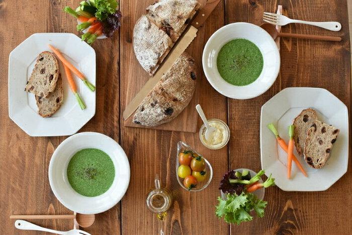 主役のスープはもちろん重要ですが、スープを引き立てる「器」も大事な存在です。 せっかくならスープボウルやカップにもこだわって、おしゃれな雰囲気を演出してみませんか? 今回は朝食におすすめの素敵なスープレシピと、食卓を上品に彩るおしゃれな器をご紹介します♪